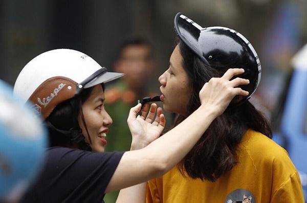 Sáng 2/6, gần 86.000 thí sinh Hà Nội bước vào kỳ thi lớp 10 với môn thi Ngữ văn. Không khí Hà Nội buổi sáng khá mát mẻ, thuận lợi nên các thí sinh có mặt tại Hội đồng thi từ khá sớm để ổn định tâm lý.