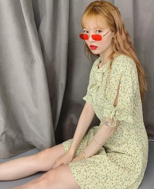Hyun Ah diện váy hoa nhí nữ tính.
