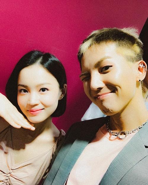 Mino (Winner) chia sẻ ảnh chụp cùng Lee Hi trong hậu trường.