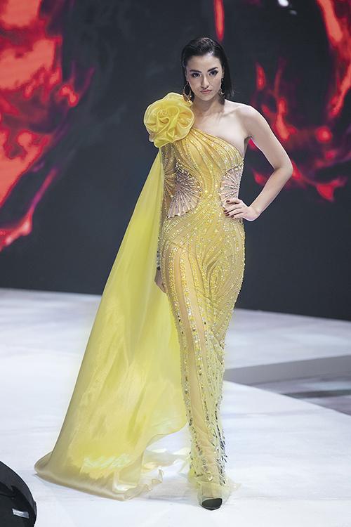 Sau thiết kế đầu tiên, cô tiếp tục mặc bộ đầm xuyên thấu gợi cảm không kém trình diễn trong màn thứ hai của bộ sưu tập.