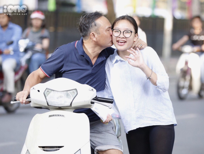 <p> Một nụ hôn của bố sẽ là động lực mạnh mẽ cho con vượt qua căng thẳng.</p>