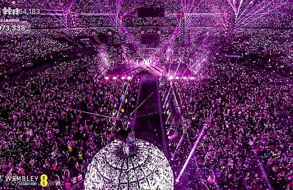 Độ hoành tráng của concert tại Wembley khiến fan nổi da gà. Trên mạng xã hội, những từ khóa như #BTSWembley liên tục chiếm lĩnh top trend toàn cầu với hơn 2 triệu lượt tweet.