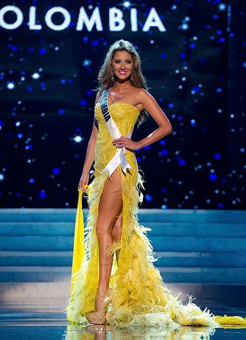Chiếc váy của Daniella Vasquez - đại diện của Colombia ở kỳ Miss Universe 2012 xếp ở vị trí thứ 9. Bộ cánh tạo điểm nhấn bằng cách đính kết lông vũ ở phần chân váy.