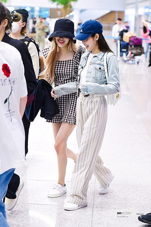 Jennie chọn kiểu quần vải thoáng mát, giày thể năng động, Rose khoe vẻ nữ tính với váy liền caro ở sân bay.