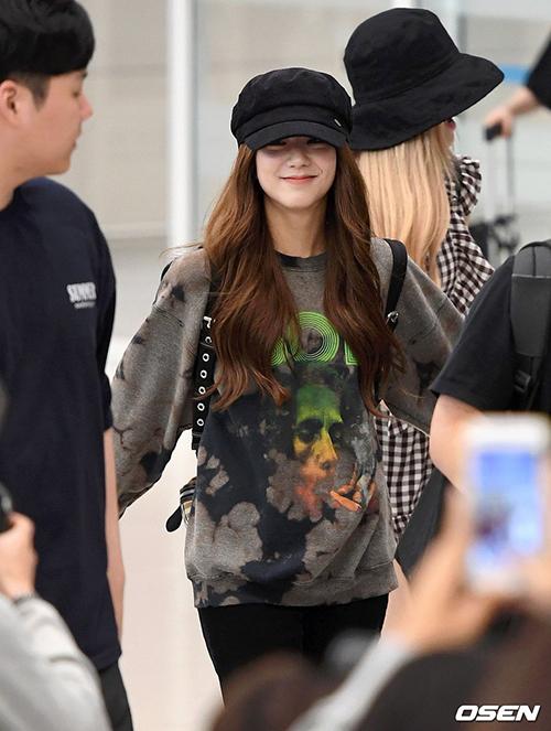 Ji Soo luôn thích những trang phục rộng rãi, dễ di chuyển. Chiếc túi ruột trong thời gian gần đây của cô nàng thuộc thương hiệu Burberry, giá 1.490 USD.