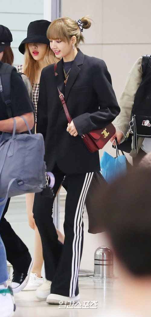 Black Pink trở về Hàn vào 31/5 sau khi hoàn thành concert ở Pháp. Lisa xuất hiện với set đồ đen tiện dụng, thanh lịch. Kiểu tóc búi vội phía sau không ảnh hưởng đến nhan sắc của mỹ nhân nhà YG.