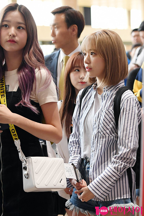 Sakura (tóc ngắn) lộ vóc dáng bé nhỏ khi đứng cạnhJang Won Young.