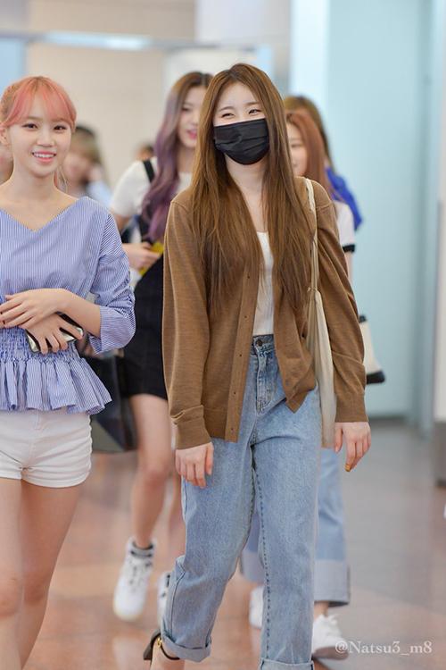 Chae Yeon và Kim Chae Won (tóc hồng) tươi cười khi đến Nhật.