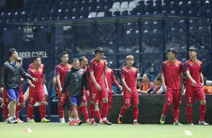 <p> Sau khi hội quân, tuyển Việt Nam đã sang Thái Lan để chuẩn bị cho giải King's Cup 2019.Tối 3/6, HLV Pang Hang-seo cùng các học trò có buổi tập đầu tiên trên sân Chang Arena - sân thi đấu chính của giải đấu. Đội chỉ có 3 buổi tập trước trận đấu chính.</p>