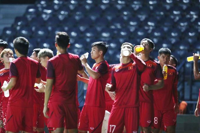 <p> Thời tiết ở Thái Lan khá nóng, nhiệt độ lên tới 35 độ C về đêm nhưng các cầu thủ vẫn nhiệt tình với các bài tập.</p>