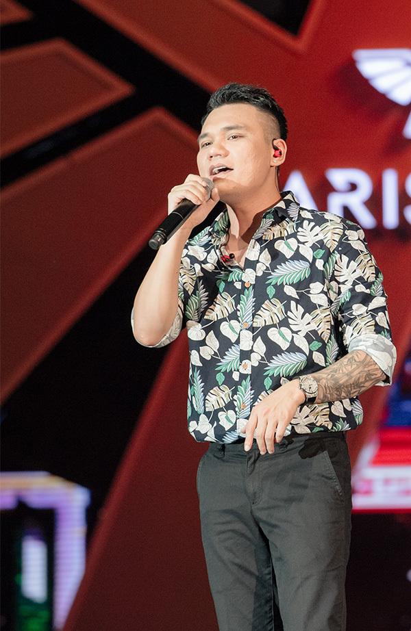 <p> Khắc Việt trình diễn các ca khúc<em>Liệu anh có thể yêu em, Ngỡ, Anh khác hay em khác, Yêu lại từ đầu.</em></p>