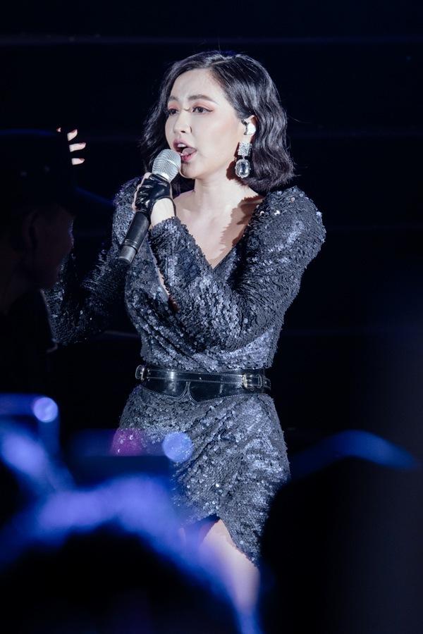 <p> Bích Phương góp giọng trong chương trình. Nữ ca sĩ sinh năm 1988 khoe thân hình mảnh khảnh trong bộ đầm ôm sát, kiểu dáng tay bồng.</p>