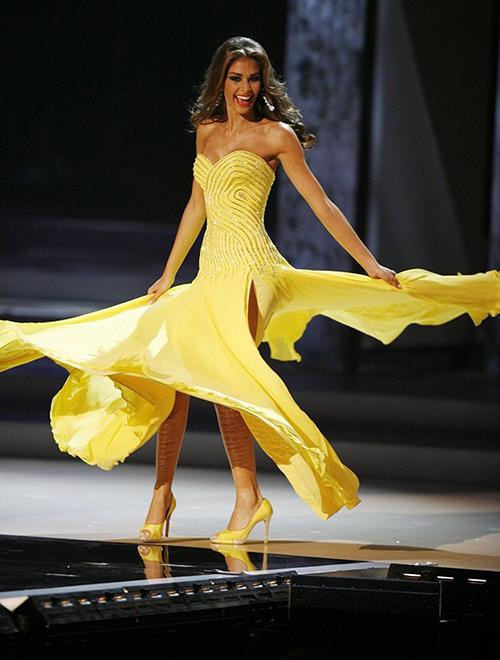 Miss Universe 2008  Dayana Mendoza (Venezuela) giành vị trí thứ 3 với bộ váy