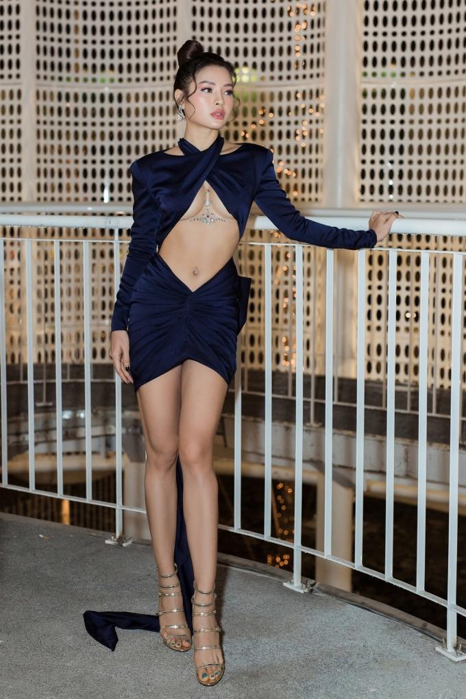 """<p> Phương Trinh Jolie tham dự sự kiện tối 2/6 với phong cách """"đốt ánh nhìn"""". Không chỉ khoe chân dài, eo thon, cô còn thu hút sự chú ý với đường khoét táo bạo giữa ngực.</p>"""