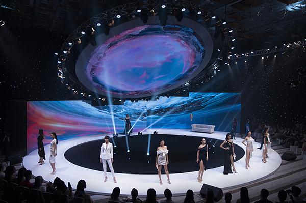 Sàn diễn hình tròn, lồng ghép với các phông nền tạo hiệu ứng thị giác độc đáo khi các người mẫu trình diễn. Trung tâm của đường băng là một sân khấu xoay.