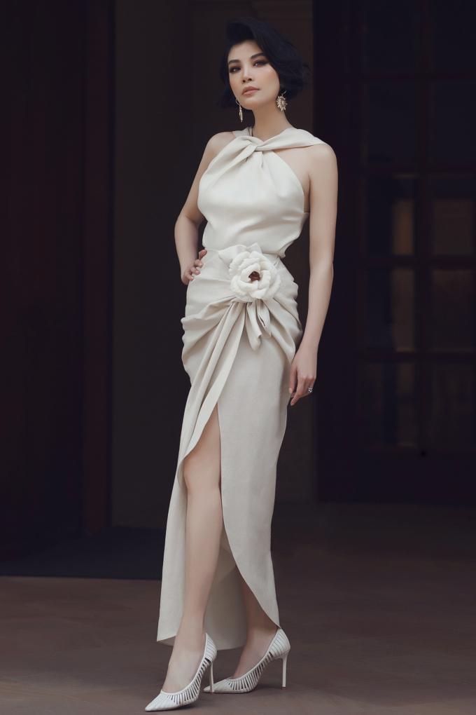<p> Cựu siêu mẫu Vũ Cẩm Nhung diện tông màu kem nữ tính.</p>