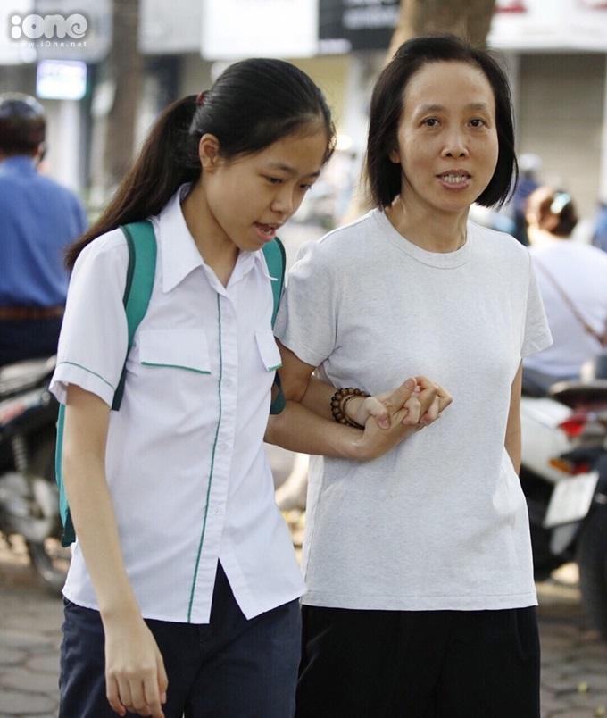 <p> Nữ sinh này được mẹ nắm chặt tay tiếp sức đến tận cổng trường.</p>