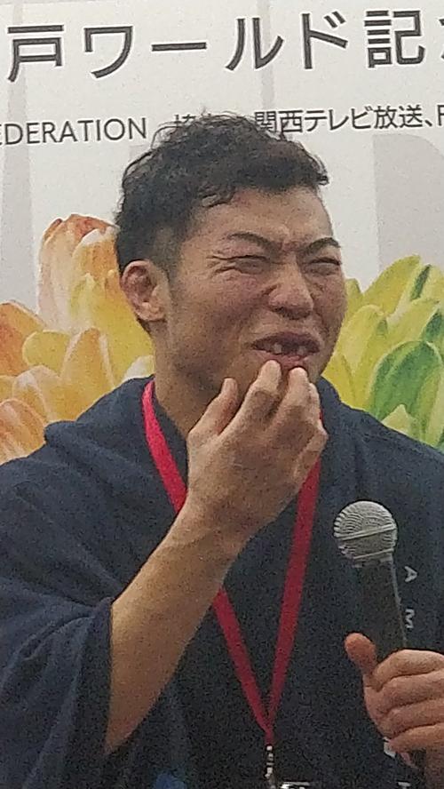 Bức ảnh nụ cười của Nakamura được đăng tải trên báo Nhật.