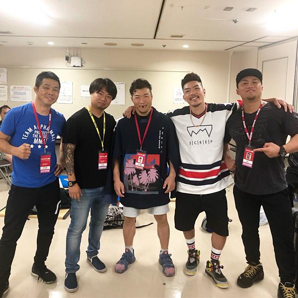 Vĩ sĩ Nakamura vui vẻ cười thả ga khi chụp ảnh với bạn bè.