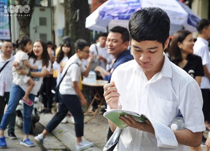 <p> Nhiều bạn tranh thủ ôn lại kiến thức trước giờ thi.</p>