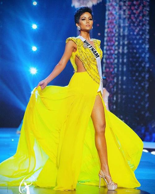 Chuyên trang sắc đẹp uy tín Missosologycông bố kết quả bình chọn 10 bộ váy dạ hội màu vàng đẹp nhất trong lịch sử 10 năm qua của cuộc thi Miss Universe