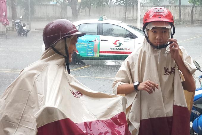Sĩ tử Sài Gòn ướt nhẹp vì mưa lớn
