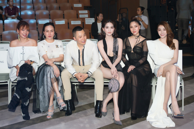 <p> Người đẹp khoe sắc bên những người bạn thân thiết trên hàng ghế đầu.</p>