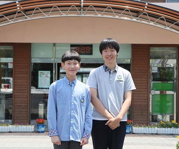 Hai nam sinh Hàn Quốc nhận được của rơi, trả lại người mất.