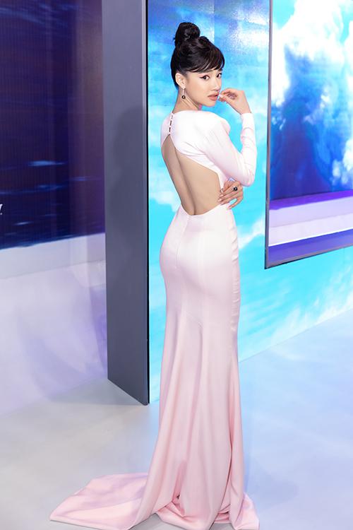 Nhã Phương đi dự sự kiện không có ông xã Trường Giang. Cô vẫn trung thành với thiết kế khoét lưng làm nên thương hiệu.