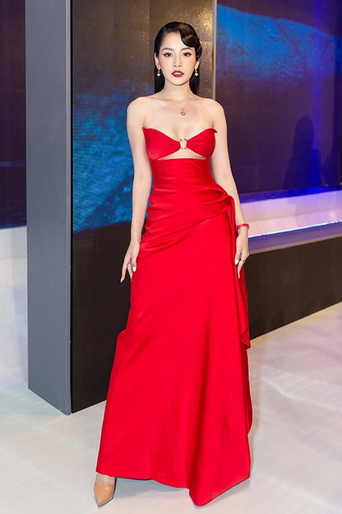 Chi Pu nổi bật với bộ đầm đỏ rực, cắt khoét vòng một mạnh tay.