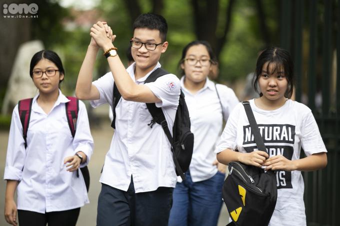 <p> Sáng 4/6, các thí sinh đăng ký thi chuyên tại Hà Nội kết thúc buổi thi cuối cùng với các môn Vật lý, Hóa học, Tiếng Anh, Địa lý và Lịch sử.<br /> Kỳ thi tuyển sinh vào 10 tại Hà Nội có gần 86.000 thí sinh đăng ký. Chỉ tiêu tuyển sinh hệ công lập theo Sở GD&ĐT Hà Nội công bố là 64.400 em.Với hệ không chuyên, thí sinh thi trong 3 buổi (ngày 2/6 và sáng 3/6). Với các lớp chuyên, thí sinh thi chiều 3/6 và sáng 4/6.</p>