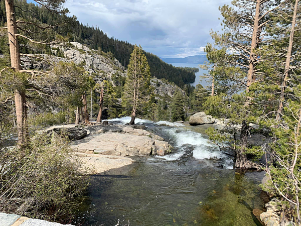 Những khu vực thác nước chảy mạnh, dễ trơn trượt.
