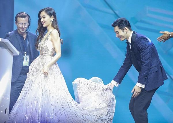 Nam diễn viên đỡ váy cho Angelababy từ dưới khán đài đến tận trên sân khấu.