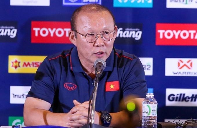 <p> HLV Park tỏ rõ sự không hài lòng khi một số tờ báo Thái Lan đưa tin sai sự thật về việc ông có ý xem nhẹ King's Cup. Ông yêu cầu báo Thái đính chính, khẳng định luôn coi trọng giải đấu và lời mời của LĐBĐ Thái Lan. Ảnh: Chang Suek</p>