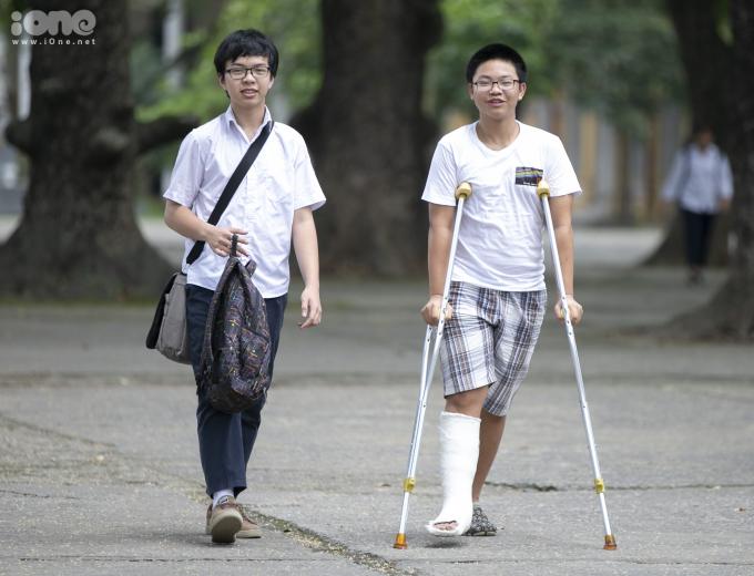 <p> Cách đó không xa, hai học sinh nam vui vẻ bước ra khỏi phòng thi. Một tai nạn khiến chân nam sinh phải bó bột đúng vào khoảng thời gian thi cử.</p>