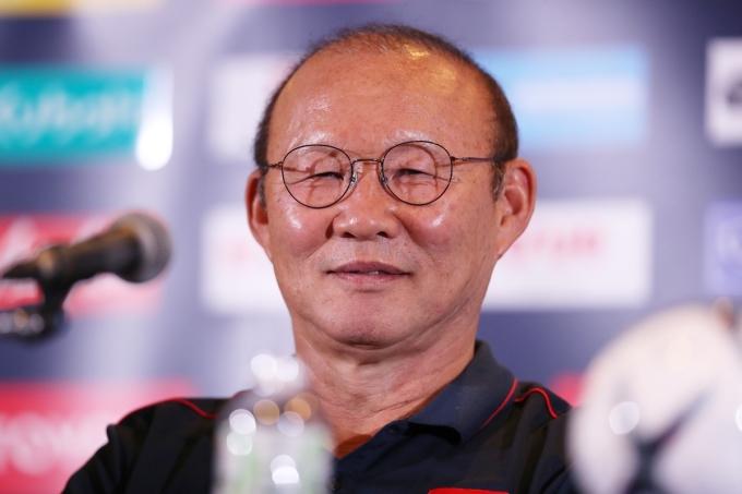 """<p> Khi gặp những câu hỏi vui, """"ông già Park"""" cười tươi khiến không khí buổi họp báo bớt căng thẳng.</p>"""