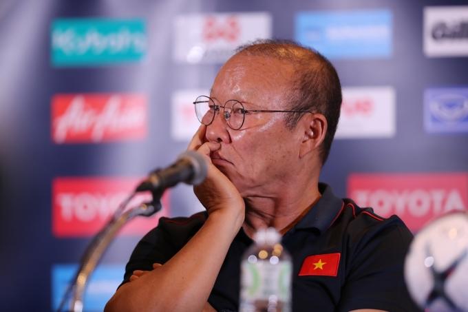 """<p> Thầy Park nhận nhiều câu hỏi nhận định về đối thủ nhiều """"duyên nợ"""" - Thái Lan. Ông tập trung lắng nghe và đưa ra câu trả lời vẻ mặt khá đăm chiêu.</p>"""