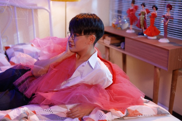 Đào Bá Lộc nữ tính trong MV mới.