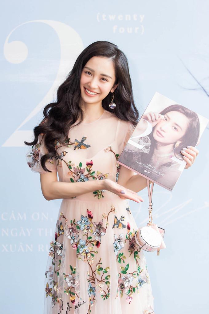 """<p> Ngày 4/6, Jun Vũ có buổi ra mắt photobook đầu tay mang tên """"Cảm ơn, ngày thanh xuân rực rỡ"""" và offline fan nhân dịp sinh nhật tuổi 24. Đây là dự án cô và ekip ấp ủ suốt 3 tháng như một món quà gửi tặng những người yêu quý mình.</p>"""
