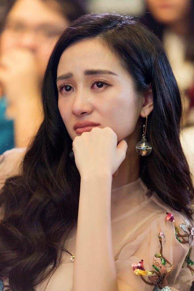 <p> Xem món quà này, Jun Vũ bật khóc nức nở vì xúc động.</p>