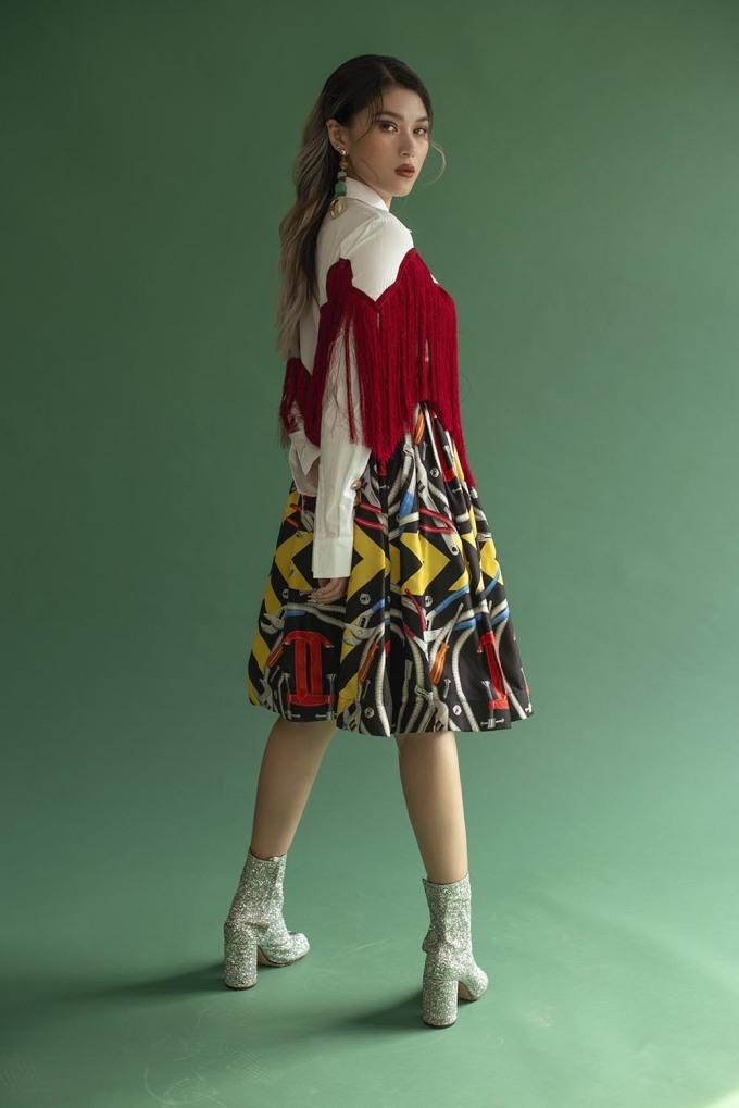 <p> Chân váy được mix cùng áo sơ mi kiểu dáng lạ mắt, boot cổ ngắn.</p>