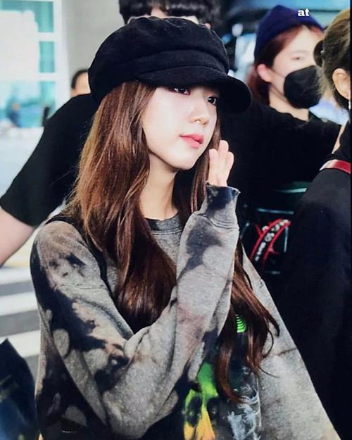 Xuất hiện tại sân bay Incheon vài ngày trước, Jisoo (Black Pink) không chỉ đốn tim fan với nụ cười đẹp tựa nữ thần mà còn ghi điểm với outfit năng động, trẻ trung. Mỹ nhân sinh năm 1995 thậm chí còn