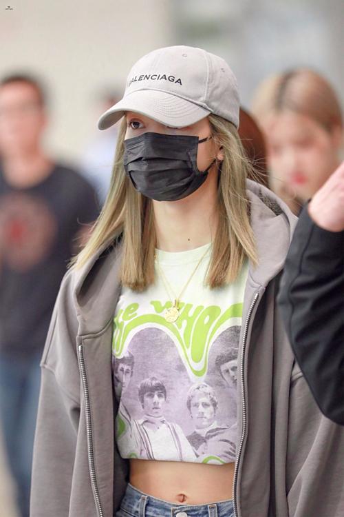 Tất nhiên, Lisa càng không thể bỏ qua kiểu mũ năng động, cool ngầu này.