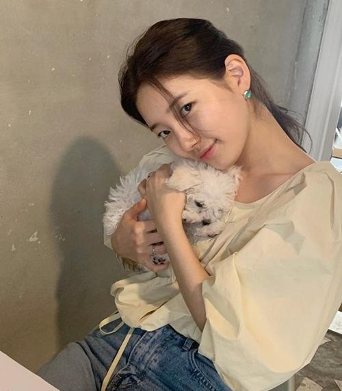 Suzy bồng bế cún cưng đầy tình cảm.