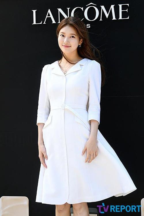 Xuất hiện xinh đẹp tại sự kiện ngày 31/5 vừa qua, Suzy dễ dàng trở thành tâm điểm chú ý của cộng đồng mạng Việt – Hàn. Cựu thành viên nhóm MissA khoe phong cách thời trang tinh tế khi diện chiếc đầm trắng cổ vest cài nút với điểm nhấn thắt lưng.