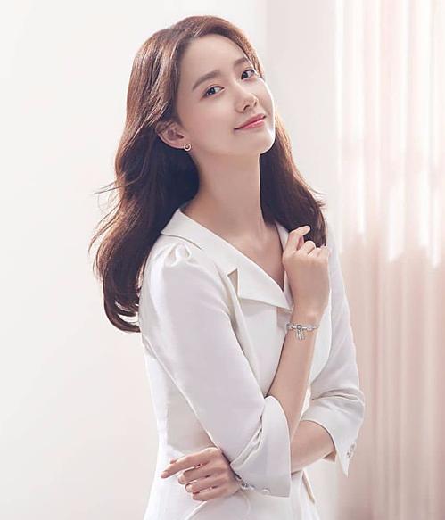 Yoona cũng từng khoe dáng khi diện chiếc đầm trắng tương tự trong buổi chụp hình cho thương hiệu Pandora vào tháng 4 trước đó.