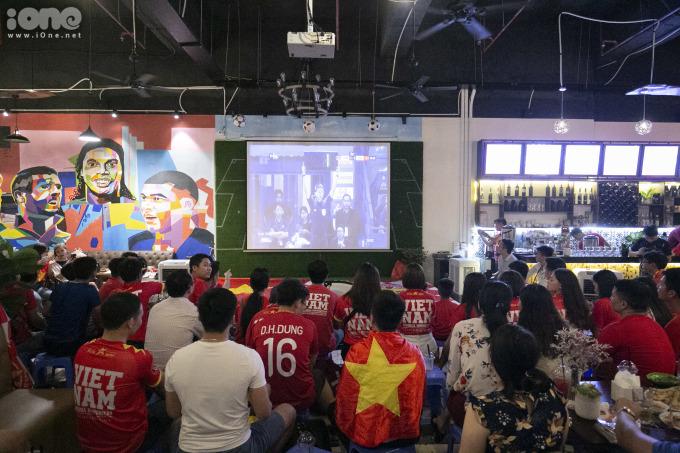 <p> Để cổ vũ cho thầy trò HLV Park Hang-seo trong lần chạm trán với Thái Lan, hàng trăm cổ động viên cùng nhau mặc áo đỏ, băng rôn, khẩu hiệu tiếp lửa cho các cầu thủ.</p>