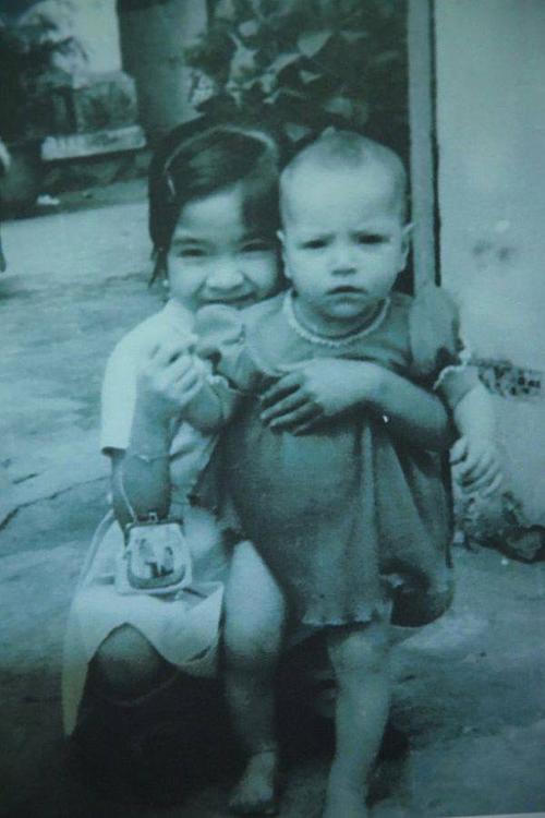 Thanh Hà (bên phải) tên đầy đủ là Trương Minh Hà. Nữ ca sĩ sinh năm 1969 sở hữu vẻ ngoài đậm chất phương Tây với sống mũi cao, đôi mắt sâu. Cô là con lai Mỹ - Việt.