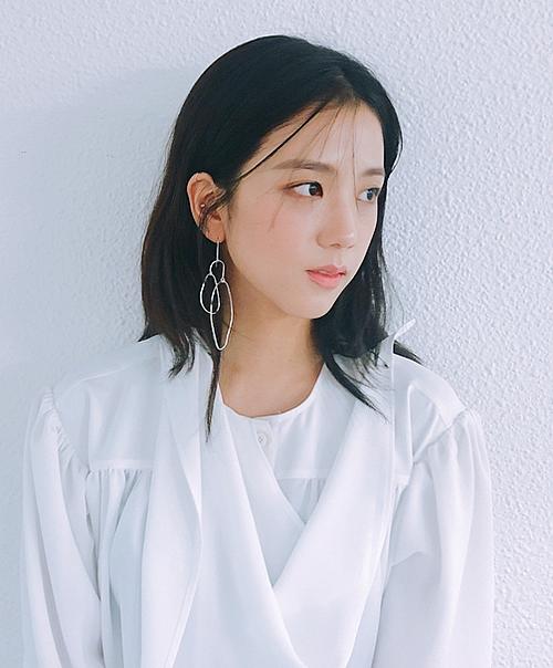 Nhiều fan cho rằng hình ảnh nhẹ nhàng thánh thiện chính là concept phù hợp nhất với Ji Soo.