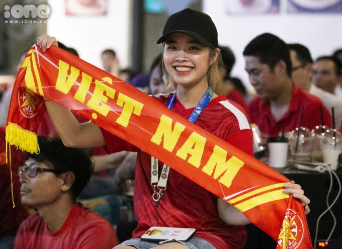 """<p> """"Dù hôm nay thời tiết không được thuận lợi nhưng em vẫn lặn lội đến đây để cổ vũ cho đội tuyển Việt Nam"""", Nguyễn Thị Liên ( Hoàn Kiếm, Hà Nội ) chia sẻ.</p>"""